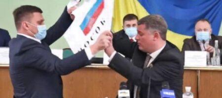 В Херсонском облсовете из-за флага России подрались депутаты (ВИДЕО)