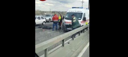 В Киеве с моста на дорогу упал человек