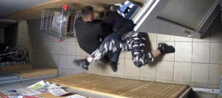 Полицейские грубо домогались девушку на автозаправке (ВИДЕО)