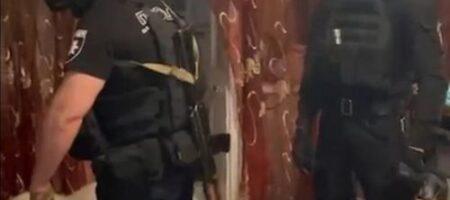 В Полтавской области пьяный мужчина стрелял в полицейских из окна многоэтажки