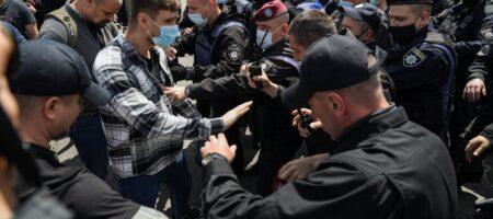 В драку активистов и титушек Кивы вмешалась полиция под судом Медведчука