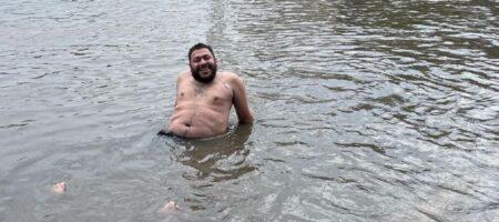 В Измаиле сильный ливень затопил город: мужчина нырял в воду перед мэрией (ВИДЕО)