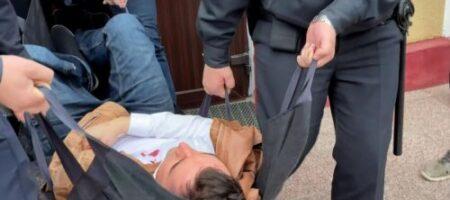 Молодой парень - жертва силовиков Лукашенко - перерезал себе горло прямо на суде (ВИДЕО)