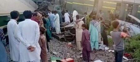 В столкновении двух пассажирских поездов погибли около 30 человек (ВИДЕО)