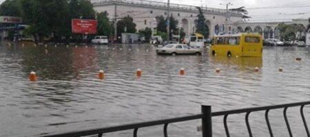 В Херсоне прошел мощный ливень: пешеходы передвигаются по колено в воде (ВИДЕО)