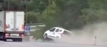 В Турции грузовик «нагло» столкнул с дороги лековое авто (ВИДЕО)