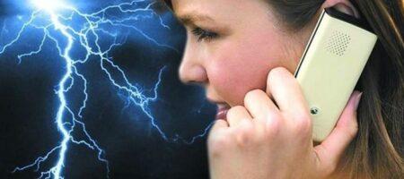 На Житомирщине молния поразила девушку, говорившую по телефону