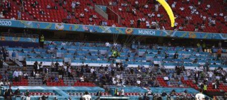 Евро-2020: Приземлившийся на поле парашютист поразил футболистов (ВИДЕО)