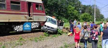 Под Харьковом поезд снёс микроавтобус (ВИДЕО)