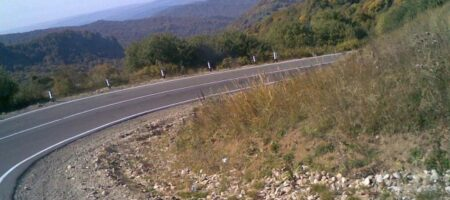В Грузии автомобиль с туристами рухнул с обрыва