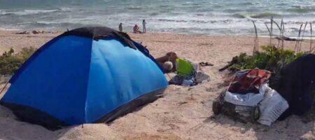 На Арабатской стрелке авто влетело в палаточный городок