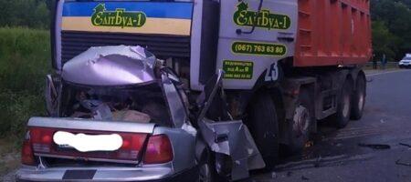 На Полтавщине грузовик раздавил авто, четыре жертвы