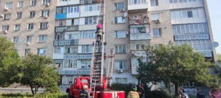 Женщина выпала из девятого этажа, но сумела зацепиться за подоконник