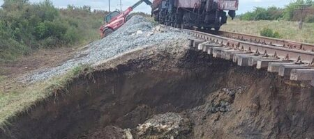 Провал на Буковине: график и маршрут поездов снова изменены