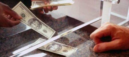 """У украинцев не принимают доллары в обменниках: какие купюры """"опасны"""""""