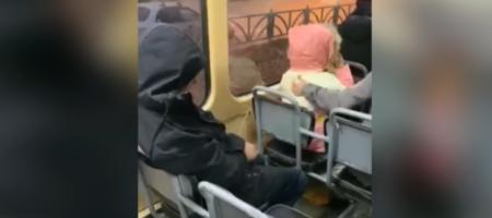 В России пьяный помочился на девочку в трамвае