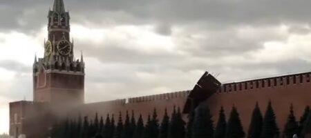 СКАЗКА КАКАЯ-ТО: В Москве ураган сорвал строительные леса и повредил стену Кремля (ВИДЕО)